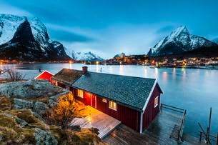 Red house in winter with a view of the fjord, the fishingの写真素材 [FYI02339838]