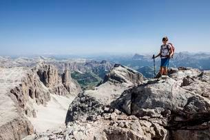 Mountaineer ascending of the Piz Boe on the Vallonsteig inの写真素材 [FYI02339840]