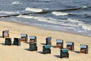 Beach chairs on the sandy beach of Koserow, Baltic Seaの写真素材 [FYI02339843]