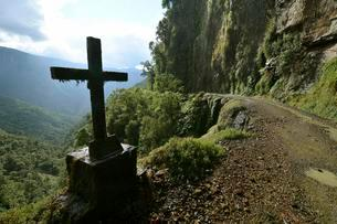 Roadside cross, death road, Camino de la Muerte, Yungasの写真素材 [FYI02339857]