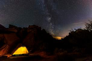 Tent on a campsite with starry sky above and Milky Wayの写真素材 [FYI02339859]