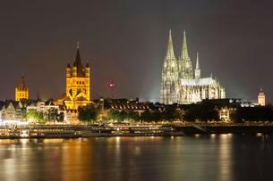 City panorama of Cologne at night, cathedral, Philharmonicの写真素材 [FYI02339863]