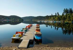 Morning atmosphere with rowboats, Schluchsee lake, Blackの写真素材 [FYI02339889]