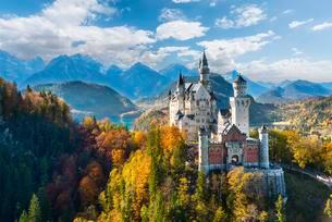 Neuschwanstein Castle in autumn, Alpsee behind, Schwangauの写真素材 [FYI02339904]