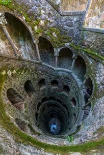The reverse tower, initiation well, park, Quinta daの写真素材 [FYI02339925]