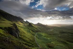 Morning light in the Quiraing rocky landscape, Isle ofの写真素材 [FYI02339928]
