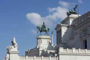 Equestrian statue in front of Vittorio Emanuelle IIの写真素材 [FYI02339934]