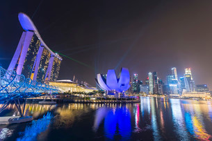 Light show, Millenium Bridge, Marina Bay Sands Hotelの写真素材 [FYI02339935]