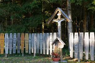 Totenbretter, wooden memorial plaques and crucifixの写真素材 [FYI02339938]