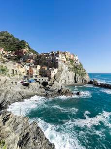 Rocky coast and view to the village of Manarola, Cinqueの写真素材 [FYI02339956]