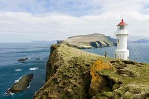 Cliff, white lighthouse, Mykinesholmur island, Mykinesの写真素材 [FYI02339974]