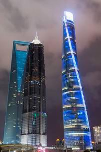Pudong financial district at night, Shanghai, China, Asiaの写真素材 [FYI02339982]