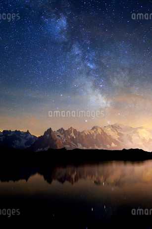 Mont Blanc massif at night with the Milky Way, reflected inの写真素材 [FYI02339984]