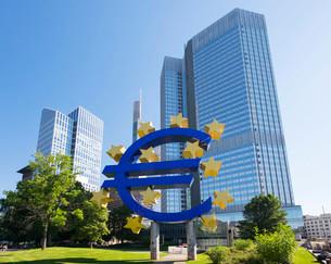 Euro sculpture, Taunusturm tower on the left, Eurotower onの写真素材 [FYI02339992]
