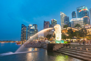 The Merlion, symbol of the city of Singapore, city centerの写真素材 [FYI02340025]
