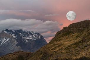 Moon rising over Cuernos del Paine, Torres del Paineの写真素材 [FYI02340029]