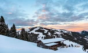 Cabin in the snow after sunset, snowy mountains, Wilderの写真素材 [FYI02340049]