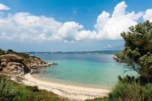 Lonely bay with sandy beach, Ammouliani or Amoliani islandの写真素材 [FYI02340056]