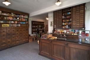 Ancient Thuringian drug store interior of 1898, having beenの写真素材 [FYI02340065]