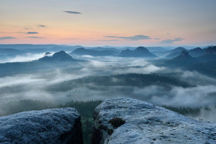 View from Kleiner Winterberg mountain at dawn, Elbeの写真素材 [FYI02340068]