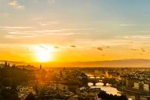 View of city at sunset from Michelangelo Square, Piazzaleの写真素材 [FYI02340075]