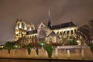 Gothic cathedral Notre Dame de Paris with the Seine riverの写真素材 [FYI02340077]