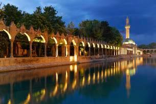 Pond of Abraham with Rizvaniye Mosque, Balikligol pondの写真素材 [FYI02340090]