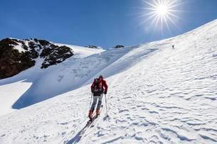 Ski tourer ascending Finailspitze in Schnals at Schnalstalの写真素材 [FYI02340095]