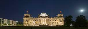 Reichstag at night, Government District, Berlin, Germanyの写真素材 [FYI02340134]