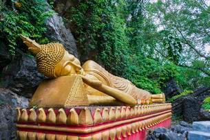 Reclining golden Buddha statue, Mount Phousi, Luang Prabangの写真素材 [FYI02340135]
