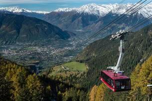 Meran 2000 gondola with snowy mountains, Trentino Provinceの写真素材 [FYI02340147]