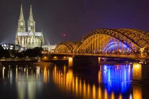 Cologne at night with cathedral, Colonius, Philharmonieの写真素材 [FYI02340175]