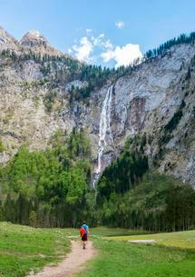Hiker on way to Rothbach Waterfall, highest waterfall inの写真素材 [FYI02340203]