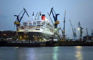 Queen Mary 2 in dry dock Elbe 17, harbor, Hamburg, Germanyの写真素材 [FYI02340212]