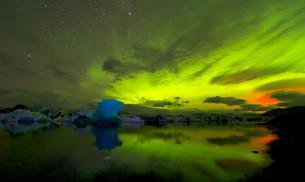 Blue iceberg in Aurora Borealis, Jokulsarlonの写真素材 [FYI02340220]