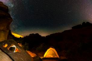 Tent on a campsite with starry sky above, night sceneの写真素材 [FYI02340259]