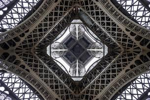 Eiffel Tower, seen from beneath, Paris, Ile-de-Franceの写真素材 [FYI02340264]