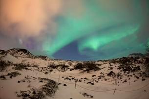 Northern lights in winter, Borgarnes, Snaefellsnesの写真素材 [FYI02340267]