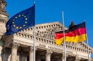 Reichstag with flags, Regierungsviertel, Berlin, Germanyの写真素材 [FYI02340271]