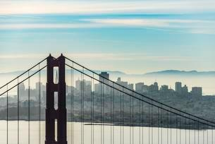 Golden Gate Bridge with skyline of San Francisco in theの写真素材 [FYI02340286]