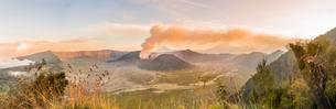 Sunrise, smoking volcano, Gunung Bromo, Mount Batok, Mountの写真素材 [FYI02340291]