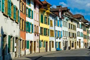 Brightly colored houses, Le Landeron historic centerの写真素材 [FYI02340303]