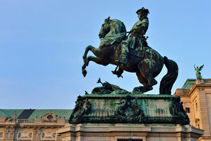 Equestrian statue of Prince Eugene in front of Hofburgの写真素材 [FYI02340308]
