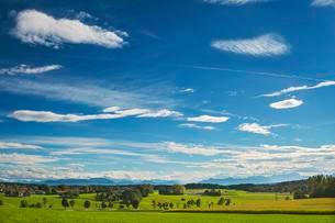 Foehn clouds over Alpine foothills, south of Munichの写真素材 [FYI02340328]
