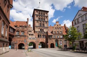 The late Gothic era castle gate, Lubeck, Hanseatic Cityの写真素材 [FYI02340345]