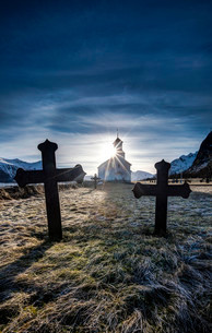 Cemetery with graves and church of Gimsoy, Gimsoykirkeの写真素材 [FYI02340347]