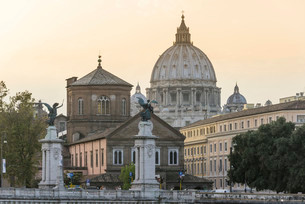 View from the Ponte Sant'Angelo to St. Peter's dome atの写真素材 [FYI02340352]