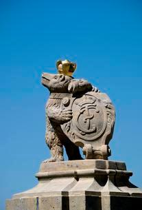 Bear figurine with armorial bearings at the gate of Castleの写真素材 [FYI02340353]