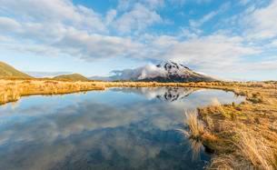 Reflection in Puakai Tarn, stratovolcano Mount Taranaki orの写真素材 [FYI02340354]