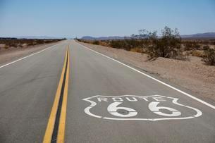 Road Route 66 near Needles, Mojave Desert, California, USAの写真素材 [FYI02340366]
